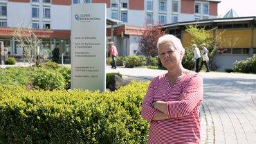 Frau vor Reha-Klinik