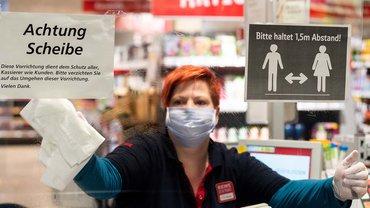 Mit Plexiglas gegen das Corona-Virus – immer mehr Kassen im Lebensmittelhandel werden mit transparenten Schutzwänden versehen
