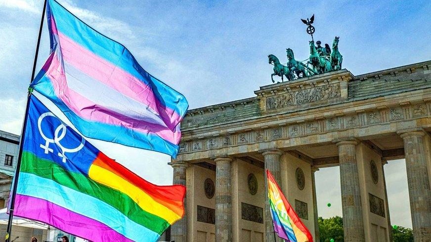LSBTTIQ Regenbogen Fahne vor Brandenburger Tor