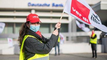 ver.di-Fahne in der Hand: Die Beschäftigten bei der DB Direkt streiken im Homeoffice und zeigen bei Aktionen Gesicht